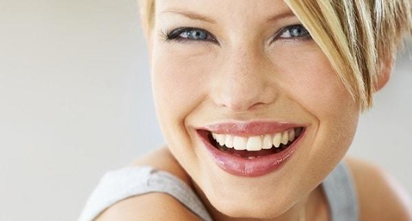 Donna bionda sorridente