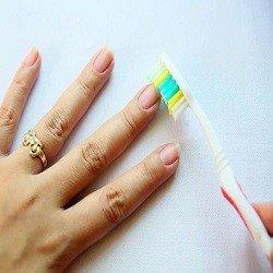 pulire unghie con spazzolino da denti