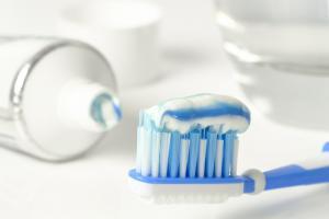dentifricio su spazzolino