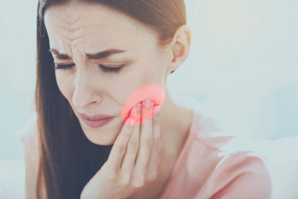Mal di denti: 11 cose da fare e 6 rimedi naturali